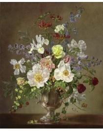 Белые цветы в серебряной вазе